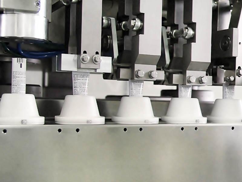 mtl-100 intubettatrice lineare, dettaglio confezionamento tubetti